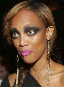 mujer de piel morena maquillada